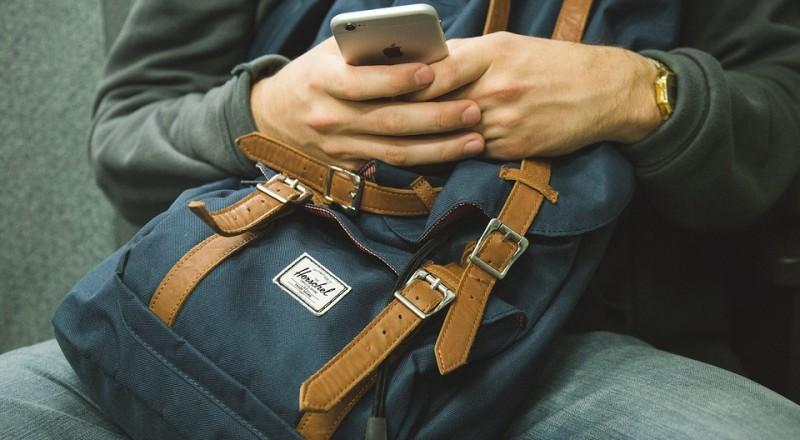 موظف بشركة اتصالات يسرق صورًا حميمة من هاتف زبونه!