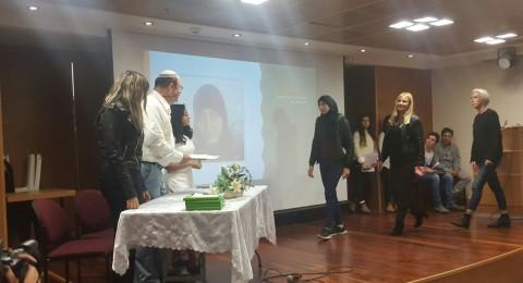 الطالبة زينب عاصي من الصف الثاني عشر امتياز في مدرسة اورط حلمي الشافعي - عكا تحصل على شهادة إمتياز على انجازاتها في العمل التطوعي