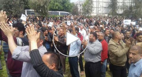 فيديو .. فلسطينيون يتظاهرون بغزة احتجاجا على قرار خفض رواتبهم ويطالبون بإقالة الحمد الله