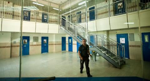 السلطات الاسرائيلية: تعتدي على الأسرى وذويهم بسجن إيشل