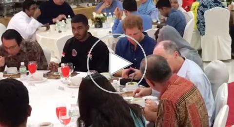 الأمير هاري يتناول الإفطار مع مسلمي سنغافورة