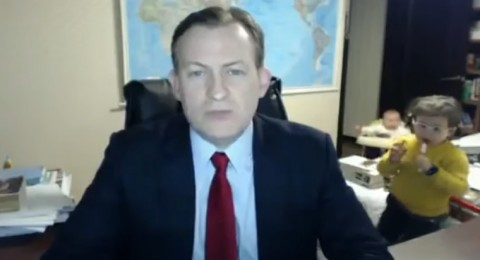 محلِّل سياسي يتعرَّض لموقفٍ فكاهي على الهواء