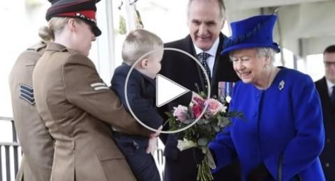 طفل يضع الملكة إليزابيث في موقف محرج