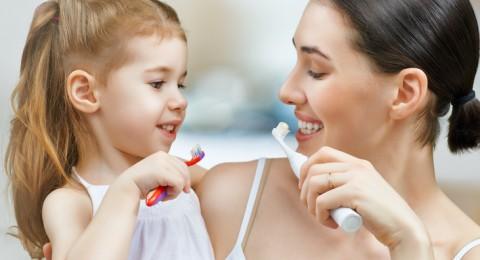 متى ينظف الأطفال أسنانهم بأنفسهم؟