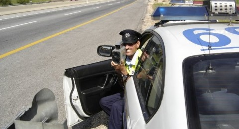 شرطة السير تضبط سائقا من مدينة الطيبة يقود سيارته بسرعة مفرطة