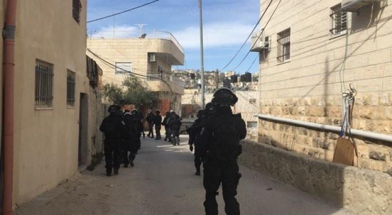 القوات الاسرائيلية تداهم جبل المكبر وتوزع اخطارات هدم