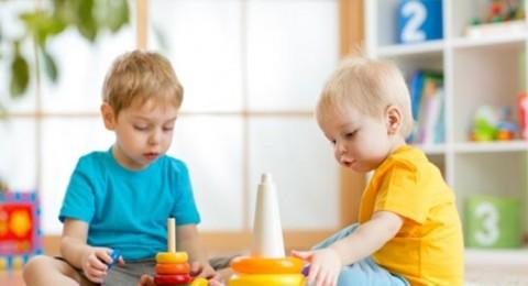 متى يدرك الأطفال تأثير الصوت على البيئة المحيطة بهم؟