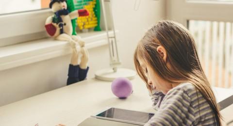 هل تُنمي شاشات اللمس مهارات الطفل الحركية؟
