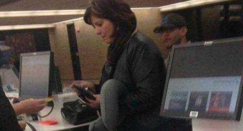 صورة لامرأة في المطار تدهش الملايين على الانترنت