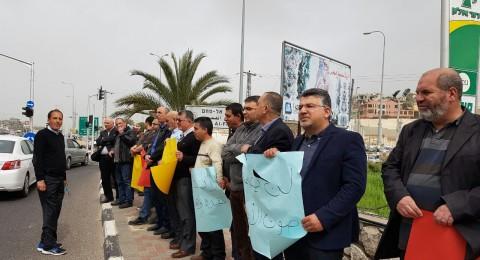 موظفو بلدية ام الفحم يتظاهرون احتجاجًا على قانون منع الأذان