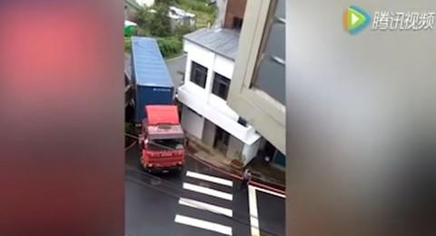 سائق ماهر يعبر بشاحنته فتحة ضيقة بين مبنيين