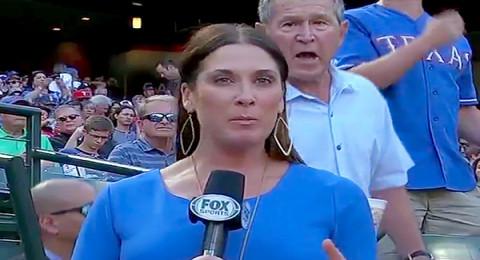 ماذا فعل جورج بوش الإبن مع مراسلة تلفزيونية مباشرة على الهواء؟