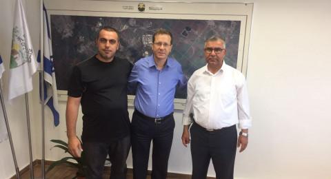 هرتسوغ في مكاتب بستان المرج، وزعبي يعرض أمامه مشاكل وقضايا المجلس