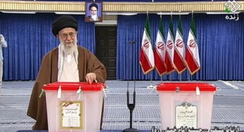 إيران تختار رئيسها اليوم .. بين روحاني الإصلاحي ورئيسي المحافظ