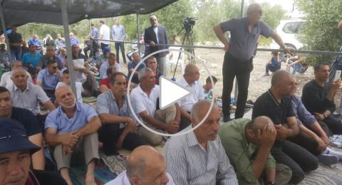 المئات يشاركون في صلاة جمعة حاشدة على أرض الروحة