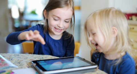 العلماء يؤكدون ضرر الأجهزة الإلكترونية على الأطفال