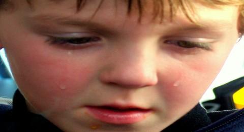 كيف تتجاوز الحرج الذي يسببه طفلك أمام الناس ؟