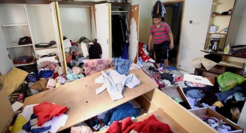 الجيش الإسرائيلي يسلب من الفلسطينيين ممتلكاتهم خلال مداهمة منازلهم