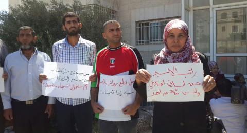 اسرى محررون يعتصمون في رام الله رفضاً لقطع رواتبهم قبيل العيد