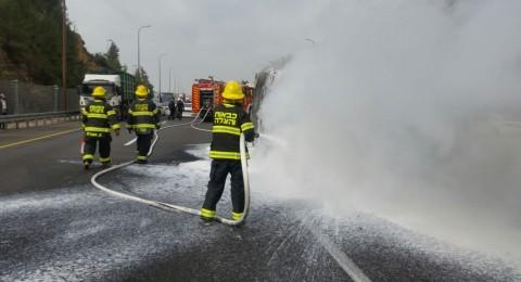 بالصور: حريق في سيارة يغلق شارع 1 بين تل أبيب والقدس