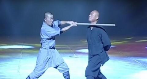 راهب صيني يكسر عصا خشبية برقبته
