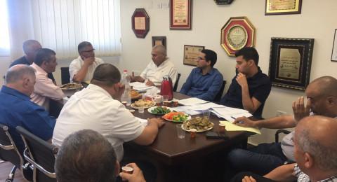 حاكم لواء الشمال ووفد من الداخلية في بستان المرج للاطلاع على الوضع المالي ومحاولة تقديم الدعم بقضية هبات الموازنة