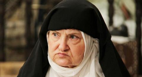 احترامًا للنظام السوري، بوط عسكري على رأسها!