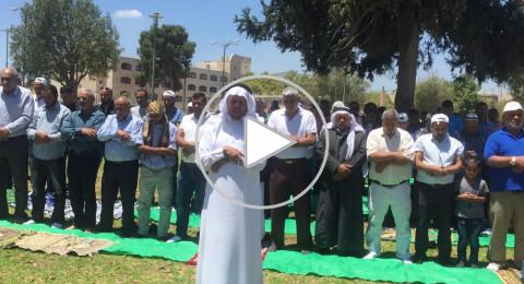 تضامنا مع الاسرى: صلاة الجمعة امام مستشفى