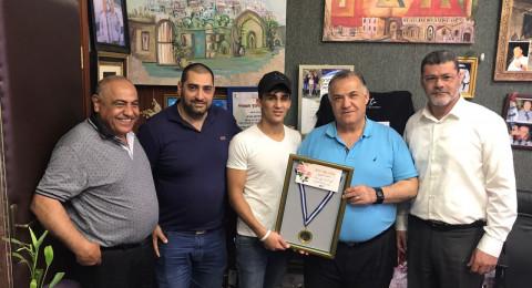 البطل النصراوي الملاكم أحمد أشتيوي يقدم ميدالية الفوز لرئيس بلدية الناصرة