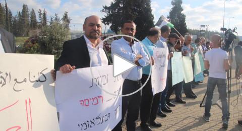 على مسامع الأسرى .. العشرات يتظاهرون أمام سجن