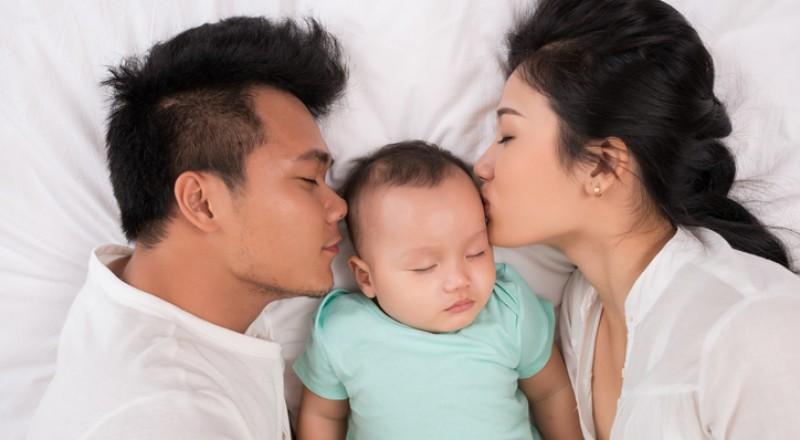 ما خطورة نوم الأطفال في سرير الوالدين؟