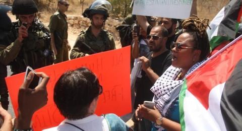 الاحتلال يعتقل اثنين ويصيب العشرات في بلعين