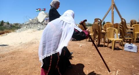 المئات يصلون على أنقاض المنازل المهدمة في قرية قلنديا