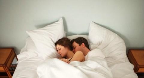 لماذا يجب أن تنام مع زوجتك في نفس السرير؟