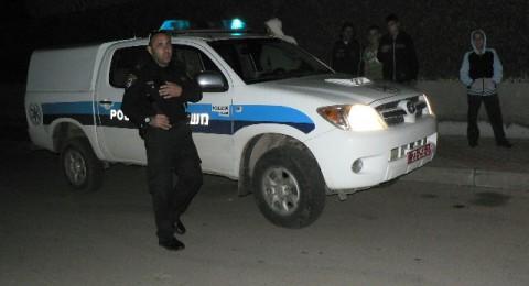 وضع أضواء كدورية الشرطة على سيارته، وأطلق النار على أحد المنازل .. في اللد