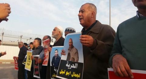العشرات يتظاهرون قبالة سجن