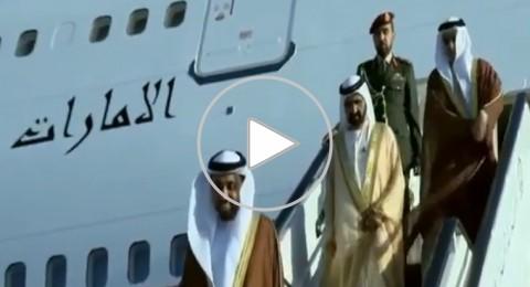 تعثر حاكم دبي من سلم الطائرة عند وصوله للاردن