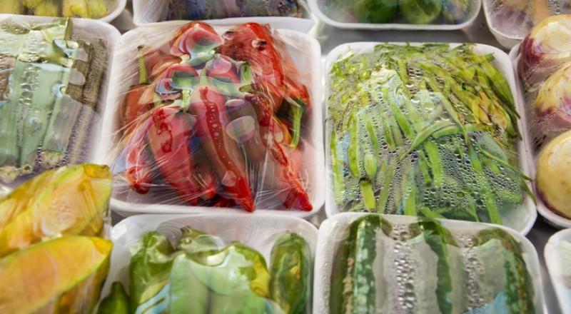 احذروا تناول الخضار المحفوظة في أكياس بلاستيكية!
