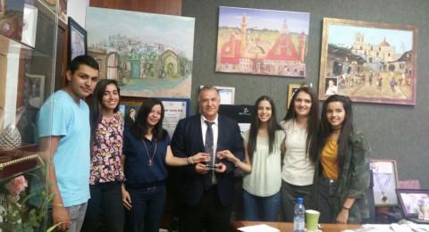 الطلاب الموهوبون في مدرسة الجليل الثانوية يقدمون درع تكريمي لرئيس البلدية