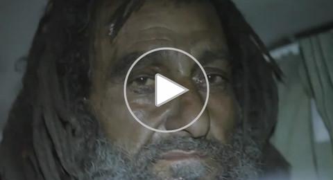 شباب مصريون يعرضون على عجوز مُشرد المساعدة.. فكانت الصدمة!