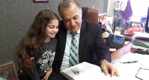 الطفلة سناء منصور تهدي البوم صور لها لعلي سلام