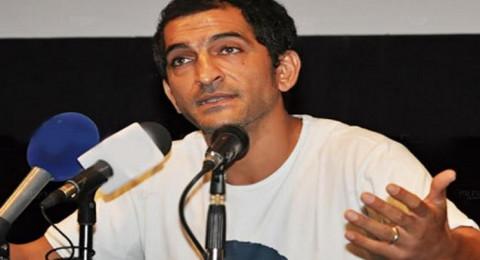عمرو واكد يتهم عاملا بسرقته